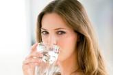 Uống nước khi ăn sẽ gây hại