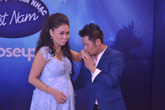 Thu Minh mặc váy bầu sành điệu bên bộ 3 giám khảo VietNam Idol
