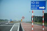 """Tài xế """"bóc mẽ"""" hệ thống biển báo """"lỗi"""" ở cầu Nhật Tân"""