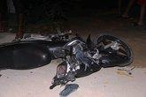 Tránh xe đạp, xe máy tông trực diện xe tải, bị hất xa gần 20m