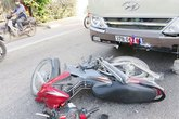 Xe khách đâm xe máy, 2 vợ chồng thương vong