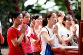 """Dân công sở """"trốn việc"""" đi lễ chùa ngày Rằm tháng 7"""