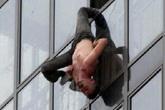 Hoảng hồn người đàn ông cheo leo ngoài cửa sổ tầng 15