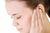 Vành tai tự nhiên sưng phù là bệnh gì?