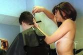 Choáng với dịch vụ nhân viên khỏa thân cắt tóc