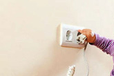 Nhét chìa khóa vào ổ điện, bé 2 tuổi bị điện giật tử vong