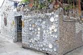 Ngôi nhà ốp 10.000 món đồ cổ