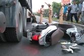 Người phụ nữ đi xe máy băng qua đường bị xe tải cán chết