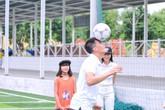 Thủy Tiên đưa học trò đến xem Công Vinh chơi bóng