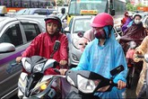 Giao thông Hà Nội hỗn loạn sau cơn mưa lớn