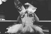 """Fan """"phát sốt"""" vì ảnh công chúa nhà Becks đeo cánh thiên thần tập piano"""
