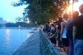 Hoảng hồn phát hiện thi thể cởi trần ở hồ Linh Đàm