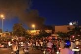Lửa bốc cháy dữ dội trong ngôi nhà chứa nhiều lốp ô tô cũ