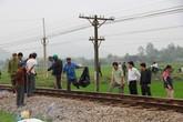 Kẹt xe giữa đường sắt, bị tàu tông tử vong
