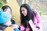 Bất ngờ với vẻ đẹp hiền dịu của Nguyễn Thị Loan bên trẻ em nghèo