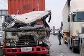 Tài xế thoát chết thần kỳ trong chiếc xe container nát đầu sau va chạm