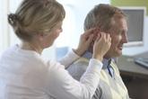 Nghễnh ngãng: Dấu hiệu giảm thính lực ở người cao tuổi