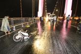 Ô tô tông đôi nam nữ trên cầu rồi bỏ trốn