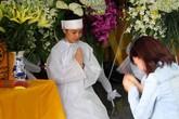Vì sao vợ Duy Nhân không khóc trong đám tang chồng?