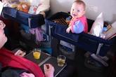 """Xử phạt vụ bé """"tè"""" túi nôn và đẳng cấp của hãng hàng không"""