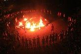 Gần 80 người bị thương vì đốt lửa trại và đổ thêm... xăng!