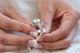Mang án vì đưa nhẫn đính 19 viên kim cương đến tiệm cầm đồ