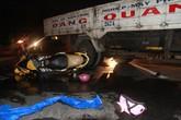 Con gái bị thương cố gọi người cứu cha bị nạn trong mưa