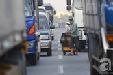 Thót tim cảnh người phụ nữ bế con ra giữa quốc lộ chặn xe tải để bán vé số
