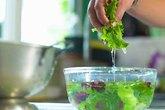 Rau củ quả ngâm nước muối có khử được hóa chất?