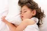 Không nên cho trẻ ngủ với gối