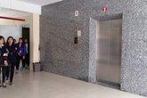 """""""Lần đầu thấy va vào cửa thang máy mà bị rơi chết"""""""