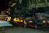 Ôtô tải gãy trục, văng lốp sau cú tông mạnh vào thành cầu