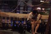 Cặp đôi bồng bế nhau trong quán cafe gây nóng mặt