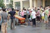 """Chồng chết, vợ mang """"quan tài diễu phố"""": Công an nói chết vì bệnh lý"""
