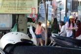 Bị buộc dừng quảng cáo phản cảm, cô gái ném áo lên ô tô