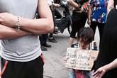 Cô gái xinh đẹp quỳ gối xin được bán nước trên vỉa hè Hà Nội nuôi con nhỏ