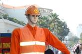 """Cận cảnh """"robot giao thông"""" đẹp trai như hotboy ở Sài Gòn"""