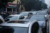 Hà Nội: Tắc đường kinh hoàng, người dân vác xe qua dải phân cách