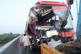 Kinh hoàng ôtô khách lao vào hai xe tải trên cao tốc, 10 người gặp nạn