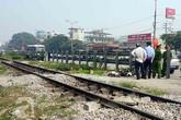 Hà Nội: Bị tàu hỏa đâm trực diện, 2 người đàn ông nguy kịch xe máy nát vụn