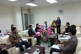 Thứ trưởng Nguyễn Thị Xuyên tặng quà bệnh nhân ung thư