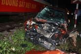 4 người trên ôtô bị tàu hoả đâm văng hơn 15 m