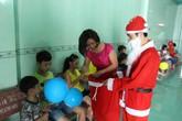 Tặng quà Noel cho hàng trăm trẻ mồ côi ở mái ấm tình thương