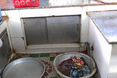 Giặt giẻ lau làm văng bẩn, thanh niên bị bà bán thịt đâm chết