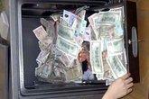 Nữ thủ quỹ tráo tiền âm phủ vào két sắt