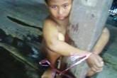Xôn xao bức ảnh bé trai bị lột đồ, trói vào cột nhà, người đầy thương tích