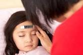 Bố mẹ cần làm gì khi bé sốt cao?