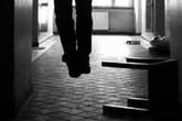 """Chồng treo cổ tự tử vì nghi vợ quan hệ """"ngoài luồng"""""""