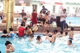 """Hà Nội: Chen chúc tìm chỗ """"lội"""" trong các bể bơi"""