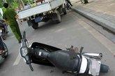 """Xe máy """"vô chủ"""" chứa 1,4 tỉ đồng bỏ bên lề đường"""